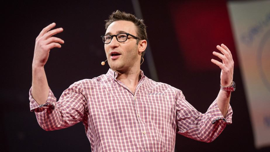 Simon Sinek helps delivering a speech.